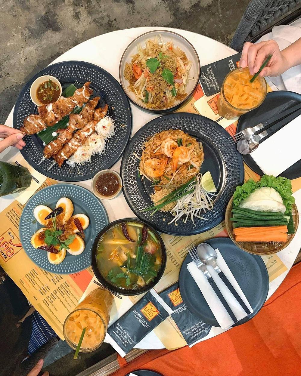 Nổi bật ở nhà hàng là món somtum (gỏi đu đủ) với nhiều hình thức chế biến phong phú, trong đó phố biến nhất là tum thai kai khem (gỏi đu đủ với trứng muối). Các món ngon khác phải kể đến như larb pla duek (gỏi cá bằm cay), sa pok kai tod der (đùi gà chiên giòn), moo ping kati sod (thịt heo nướng sữa dừa) and tom zap kradook on (soup giò heo cay). Chi phí các món từ 30.000 - 200.000 đồng.