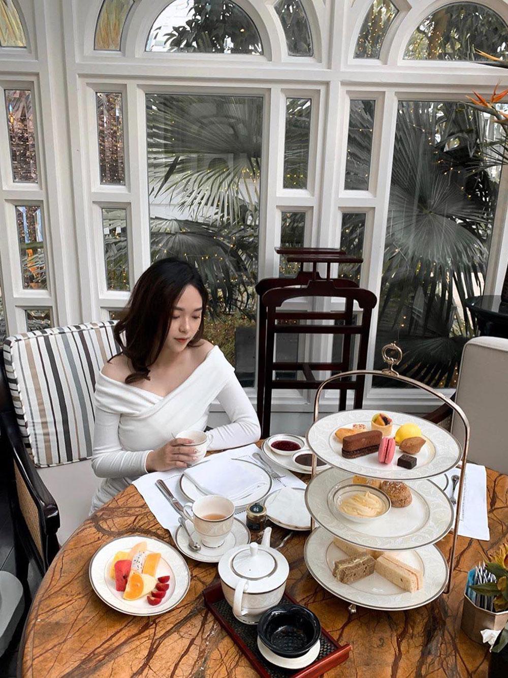 Du khách thưởng trà chiều có thể chụp những bức ảnh check-in với đẹp. Ảnh: strawbelinh/Sofitel Legend Metropole Hanoi