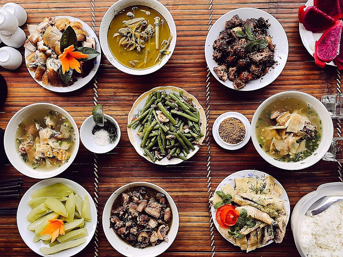 Khu nghỉ cung cấp thêm các tour đi bộ xuyên rừng có hướng dẫn viên, massage, phục vụ bữa ăn với thực đơn phong phú ở nhà hàng rộng...Ảnh: Quang Vinh.