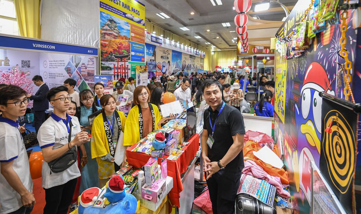 Du khách tham quan một gian hàng tại Hội chợ Du lịch quốc tế Hà Nội năm 2019. Ảnh: Kiều Dương
