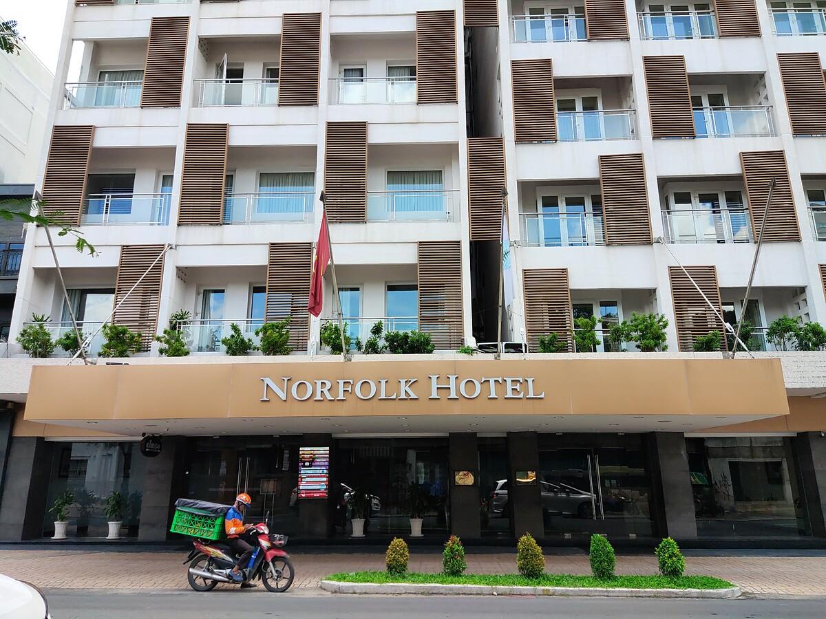 Khách sạn 4 sao Norfolk ở trung tâm Q.1 với 70 phòng, giá dành cho khách lưu trú có tính phí dao động từ 3.600.000 đồng đến khoảng 6.500.000 đồng/đêm. Giá bao gồm bữa ăn sáng, các bữa ăn chính khác sẽ có thực đơn và tính phí riêng. Ảnh: Nguyễn Nam