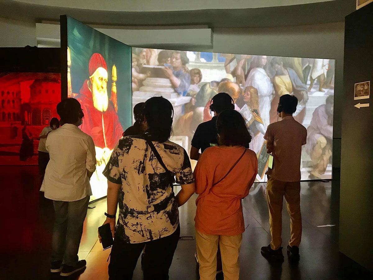 Du khách tham quan triển lãm Magister Raffaello. Ảnh: Bảo tàng Hà Nội