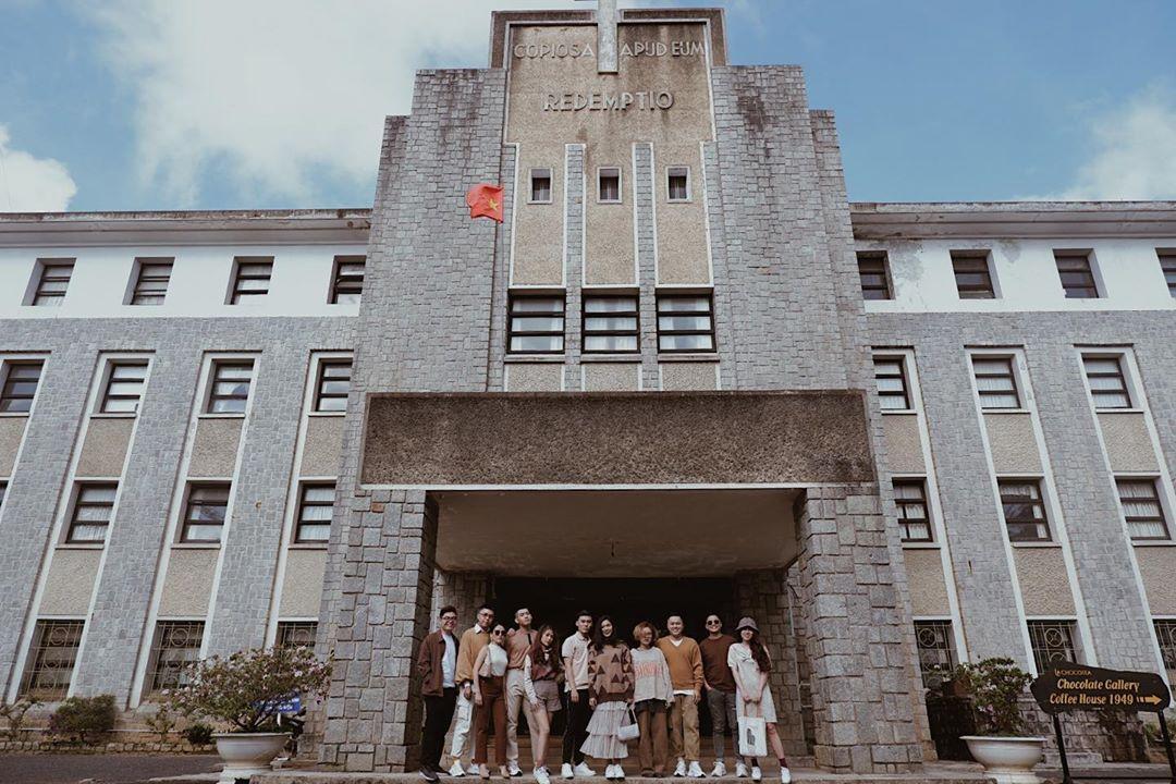 Phân viện sinh học Đà Lạt hay Viện nghiên cứu Khoa học Tây Nguyên, là một tòa nhà được xây bằng đá từ những năm 50 thế kỷ trước với lối kiến trúc Pháp cũ ở đồi Tùng Lâm.Tòa nhà có 4 tầng với 115 phòng, từng là một tu viện dòng Chúa Cứu Thế, sau này trở thành Phân viện sinh học Đà Lạt từ năm 1985.Ngày nay nơi này có 7 không gian trưng bày và 6 phòng lưu trữ, mở cửa đón khách tham quan như một bảo tàng. Viện được xây nên với mục đích làm nơi nghiên cứu về sinh học, tuyên truyền bảo vệ môi trường sống, cấm săn bắt thú rừng đồng thời phục vụ nhu cầu tham quan của du khách và người dân địa phương. Ngoài ra, từng góc nhỏ trong viện đều có thể là nơi chụp hình vì thế nơi đây dần trở thành điểm thu hút người yêu nhiếp ảnh và thời trang tạo nên những bộ hình độc đáo.Viện nằm ở số 116 đường Xô Viết Nghệ Tĩnh, phường 7, TP Đà Lạt. Vé tham quan viện chỉ 15.000 đồng/ người. Giờ mở cửa từ 7h30 tới 17h các ngày thứ 2 - 6. Ảnh: Thuy Ngan Huynh