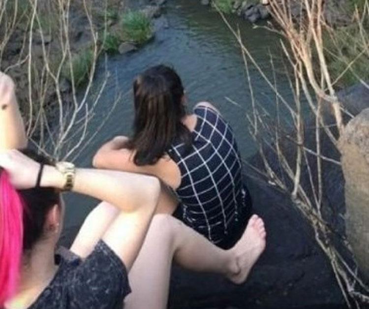 Khoảnh khắc cuối của hai cô gái ngồi gần đỉnh thác. Bức ảnh này được bạn bè của họ chụp trước khi tai nạn xảy ra. Ảnh: Sun