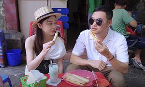 Quang Vinh thích thú với bánh mì 'mini' Hải Phòng