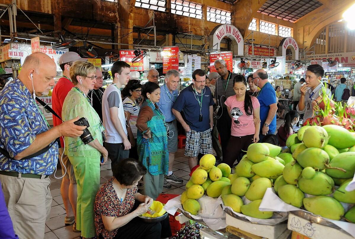 Khách du lịch tham quan chợ Bến Thành, TP HCM. Ảnh: Hoàng Nam