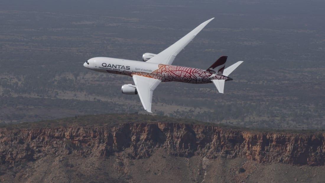 Máy bay Boeing 787 Dreamliner thực hiện hành trình này vốn là loại phi cơ dành cho những chuyến quốc tế, với cửa sổ lớn hơn mọi máy bay thương mại nào khác. Từ khi biên giới các nước đóng cửa, đội bay Dreamliner của Qantas phải nằm trong bãi đỗ. Ảnh: CNN