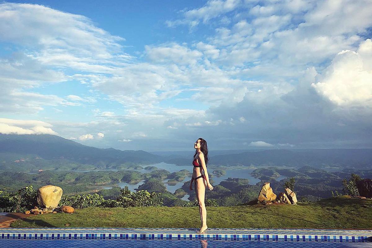 Hồ Tà Đùng được mệnh danh là vịnh Hạ Long trên núi ở Tây Nguyên. Hiện một cơ sở homestay dựng các công trình ngoài trời có view hồ, thu hút nhiều người đến chụp hình. Ảnh: thu_3m
