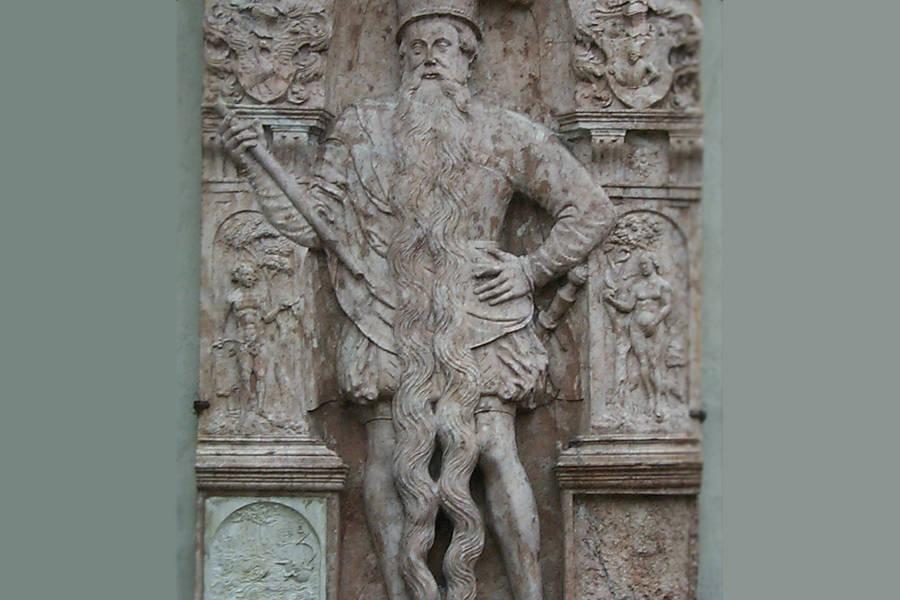 Tượng toàn thâncủa Hans Steininger được tạc trên tường của nhà thờ trong thị trấn, với bộ râu chia thành hai phần dài qua chân. Ảnh: Wikimedia Commons