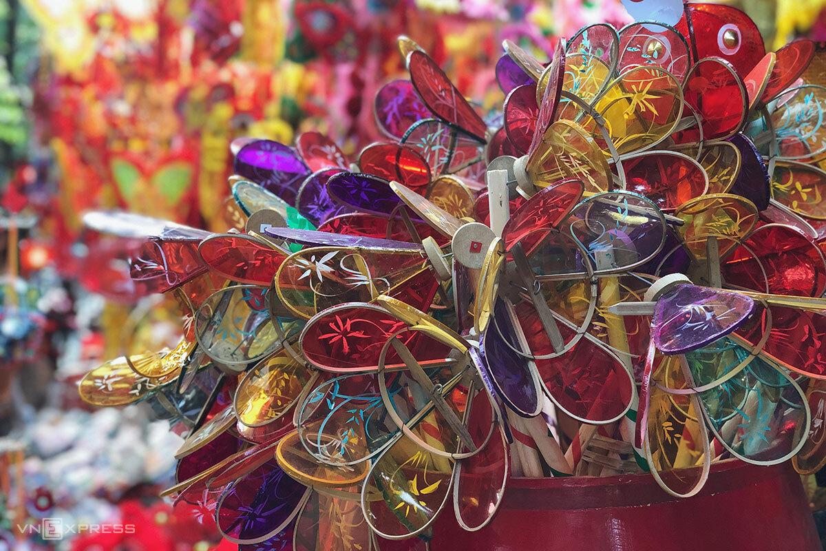 Những chiếc đèn cù được bày bán ở phố Hàng Mã. Ảnh: Ngân Dương