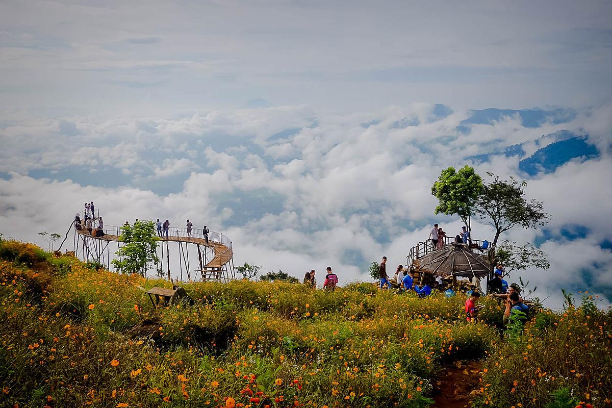 Săn mây tại Hang Kia - Pà CòNếu ở tại thị trấn Mộc Châu, bạn nên thức dậy vào lúc 4:30 sáng, đi xe máy tới Hang Kia - Pà Cò (thuộc địa phận huyện Mai Châu - Hòa Bình) cách 40km về hướng Hà Nội để có thể đón mặt trời mọc kịp lúc khoảng 6:00. Đi dọc quốc lộ 6 từ Mộc Châu, du khách rẽ vào chợ Pà Cò và đi thêm 7km nữa để tới điểm săn mây. Ngoài ra, bạn có thể lựa chọn ở tại Homestay gần Hang Kia - Pà Cò để tiết kiệm thời gian buổi sáng. Đây là lộ trình phù hợp cho các du khách đi từ Hà Nội hay Mai Châu trước khi đi tiếp lên Mộc Châu.