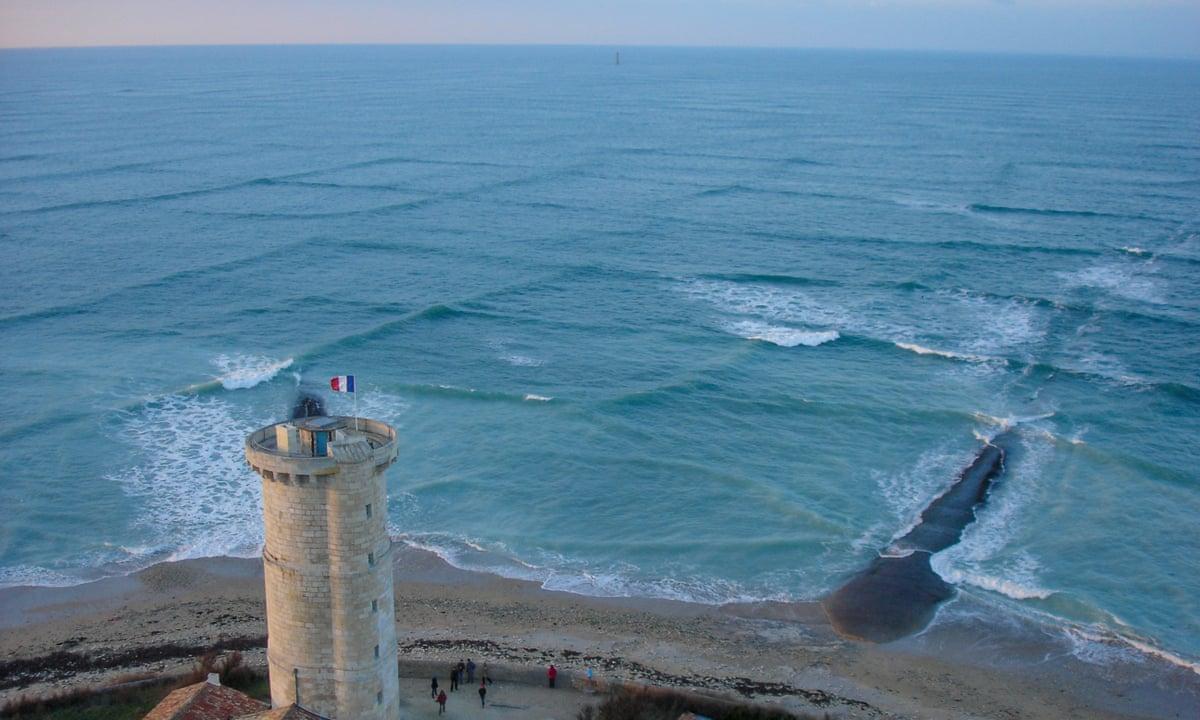 Sóng biển giao nhau tại hòn đảo Île de Ré ngoài khơi phía tây nước Pháp, gần thành phố cảng La Rochelle. Ảnh: Michel Griffon/Wikimedia Commons