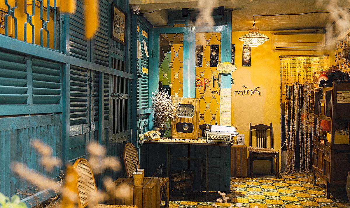 Màu vàng hoài niệm bên trong tiệm. Ảnh: Nhà của thời thơ ấu.