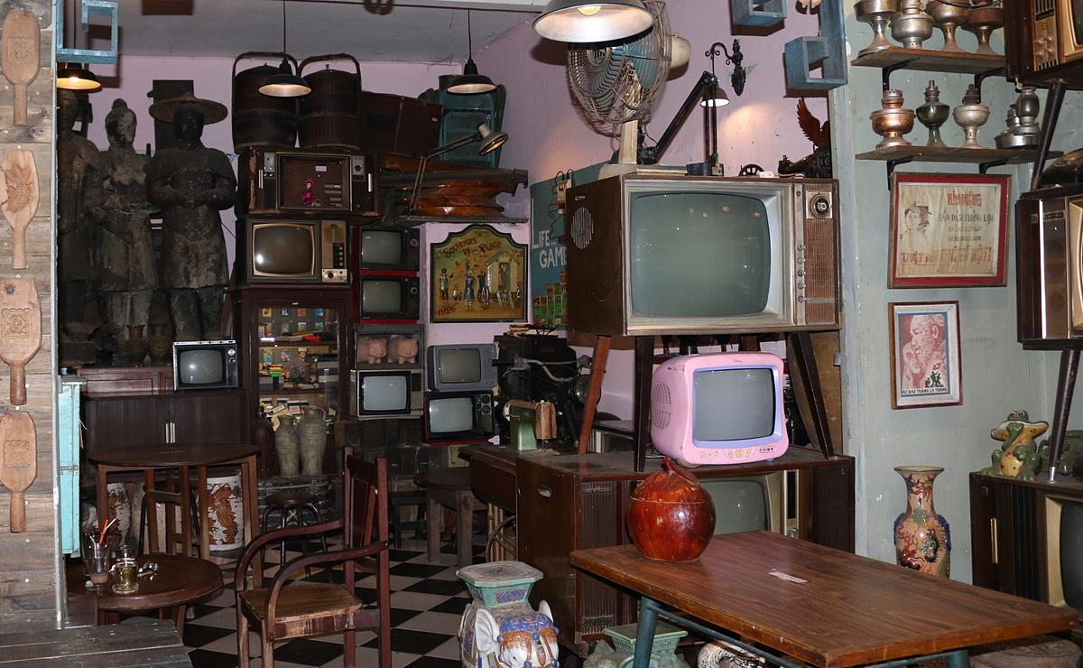 Bộ sưu tập ti vi cổ tại quán Nhỏ. Ảnh: Thanh Thu