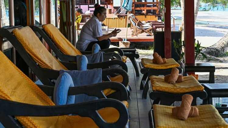 Quán massage vắng bóng khách tại Koh Tao, một đảo du lịch nổi tiếng ở Thái Lan. Ảnh: AFP