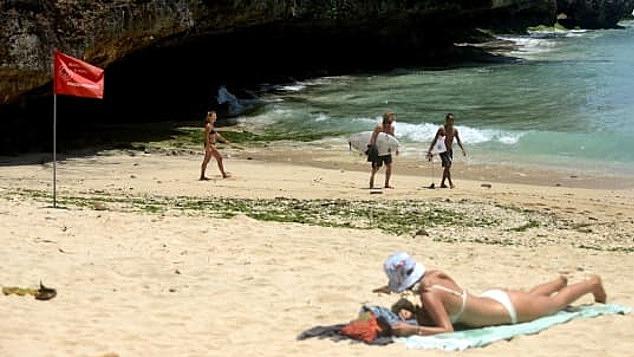 Bali buộc phải hoãn kế hoạch mở cửa đón khách du lịch quốc tế vì các ca nhiễm nCoV tăng. Ảnh: AFP