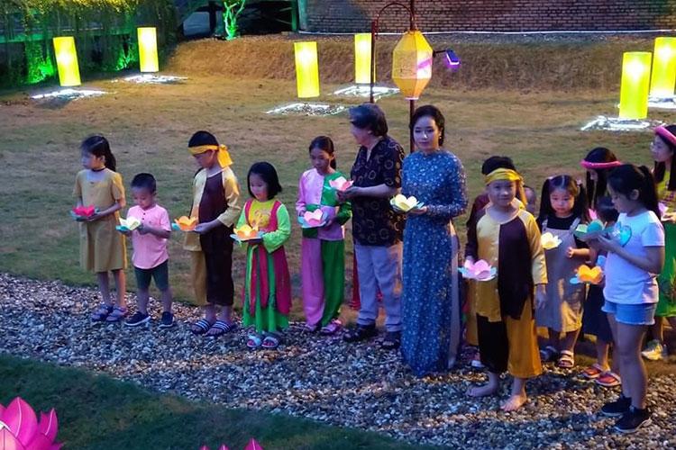 Các em thiếu nhi tham gia thả đèn hoa đăng. Ảnh: Hoàng thành Thăng Long.