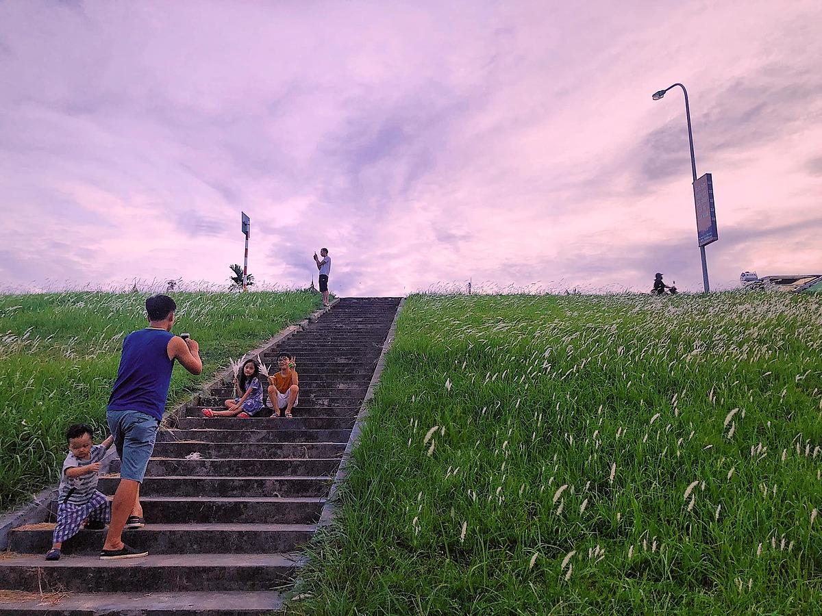 Buổi chiều tà những ngày trời quang và nắng, cảnh đê còn thêm phần nên thơ hơn khi hoàng hôn buông, phủ màu tím hồng lên bầu trời. Ảnh: Huyen Trang Dang