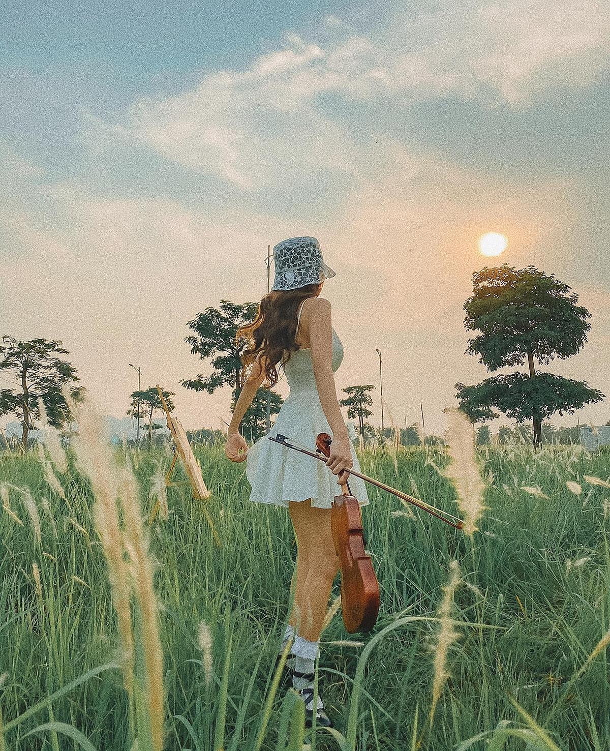 Bãi cỏ lau bạt ngàn hướng trọn view hoàng hôn nên rất thích hợp để chụp hình hay quay clip kỷ niệm. Thời gian chụp đẹp nhất là 16 - 17h. Ảnh: Phạm Lan Hương