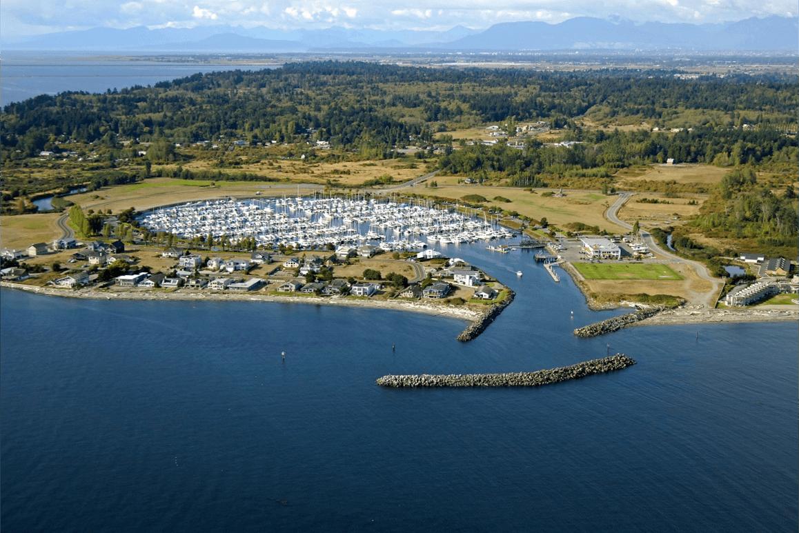 Dù thuộc Mỹ, quang cảnh tại đây không khác biệt so với nước láng giềng khi quốc kỳ của xứ sở lá phong này tung bay quanh thị trấn, bởi đa số tàu thuyền thuộc Canada. Ảnh: Point Roberts Marina