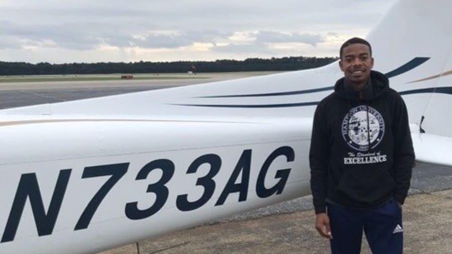 Ngoài giờ học bay, Walters giúp Savage điều hành các tài khoản trên mạng xã hội của Fly for the Culture. Anh làm việc tích cực để muốn trở thành một trong những đại diện phi công là người da màu, và khuyến khích những người trẻ khác đi theo bước chân mình. Ảnh: Fly for the Culture