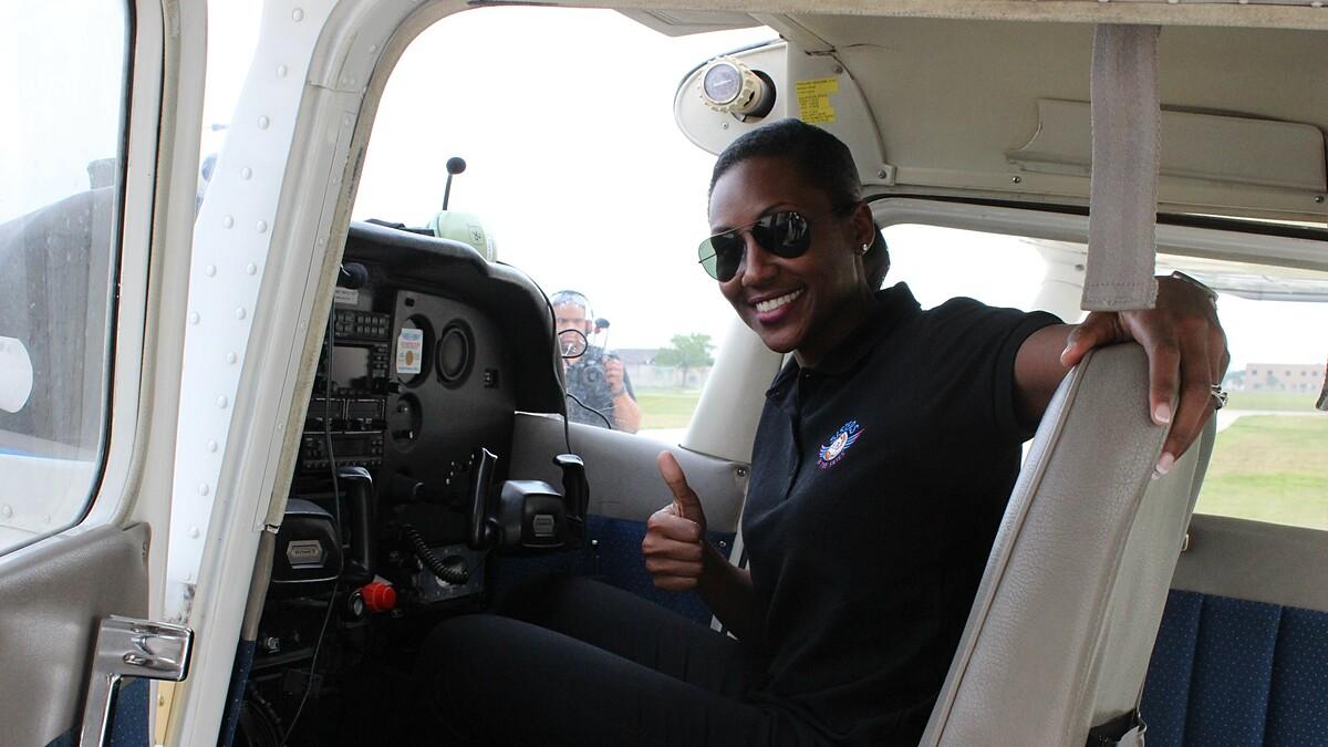 C. Angel Hughes là phi công quân sự, phục vụ trong quân đội Mỹ. Ảnh: CNN