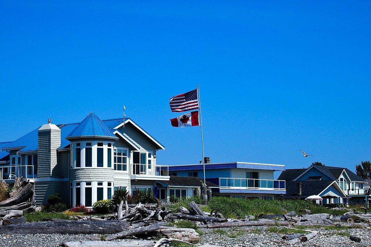 Một ngôi nhà ở Point Roberts treo cả quốc kỳ Mỹ lẫn Canada. Ảnh: The Points Guy