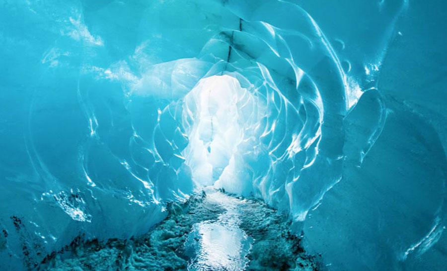 Tại Iceland, các chuyên gia du lịch mạo hiểm của công ty Black Tomato đã giúp một du khách biến lời cầu hôn trong mơ thành hiện thực bằng cách giấu nhẫn kim cương bên trong một hang động băng. Khi cô dâu đi vào trong hang băng để tham quan cũng là lúc cô phát hiện ra lời cầu hôn ngọt ngào và cả đắt tiền này. Ảnh: CNN
