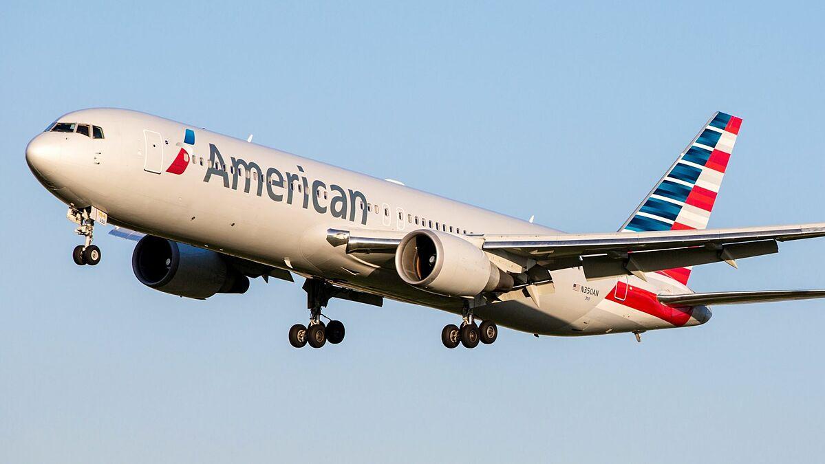 Máy bay của hãng American Airlines tiếp đất, hành khách bình thản lấy đồ rồi lần lượt rời máy bay. Hầu như không ai biết về sự cố mà họ đã gặp phải trước khi hạ cánh 10 phút. Ảnh: iStock