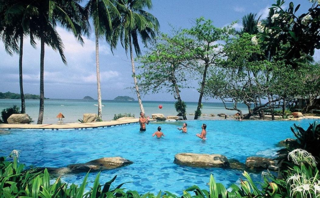 Sea View là khu nghỉ dưỡng 156 phòng nằm trên bãi biển Kai Bae, được thành lập vào năm 1989 và được xếp hạng 10 trên 85 cơ sở kinh doanh tại Koh Chang, theo TripAdvisor. Nơi đây nhận được 1.922 đánh giá, với 1.090 trong số đó chấm điểm xuất sắc, 580 khen rất tốt, 170 đánh giá trung bình, 48 đánh giá kém và 32 đánh giá tồi tệ. Ảnh: Hotels