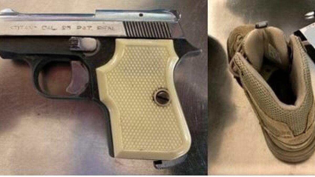 Khẩu súng được hành khách nhét trong giày. Ảnh: TSA