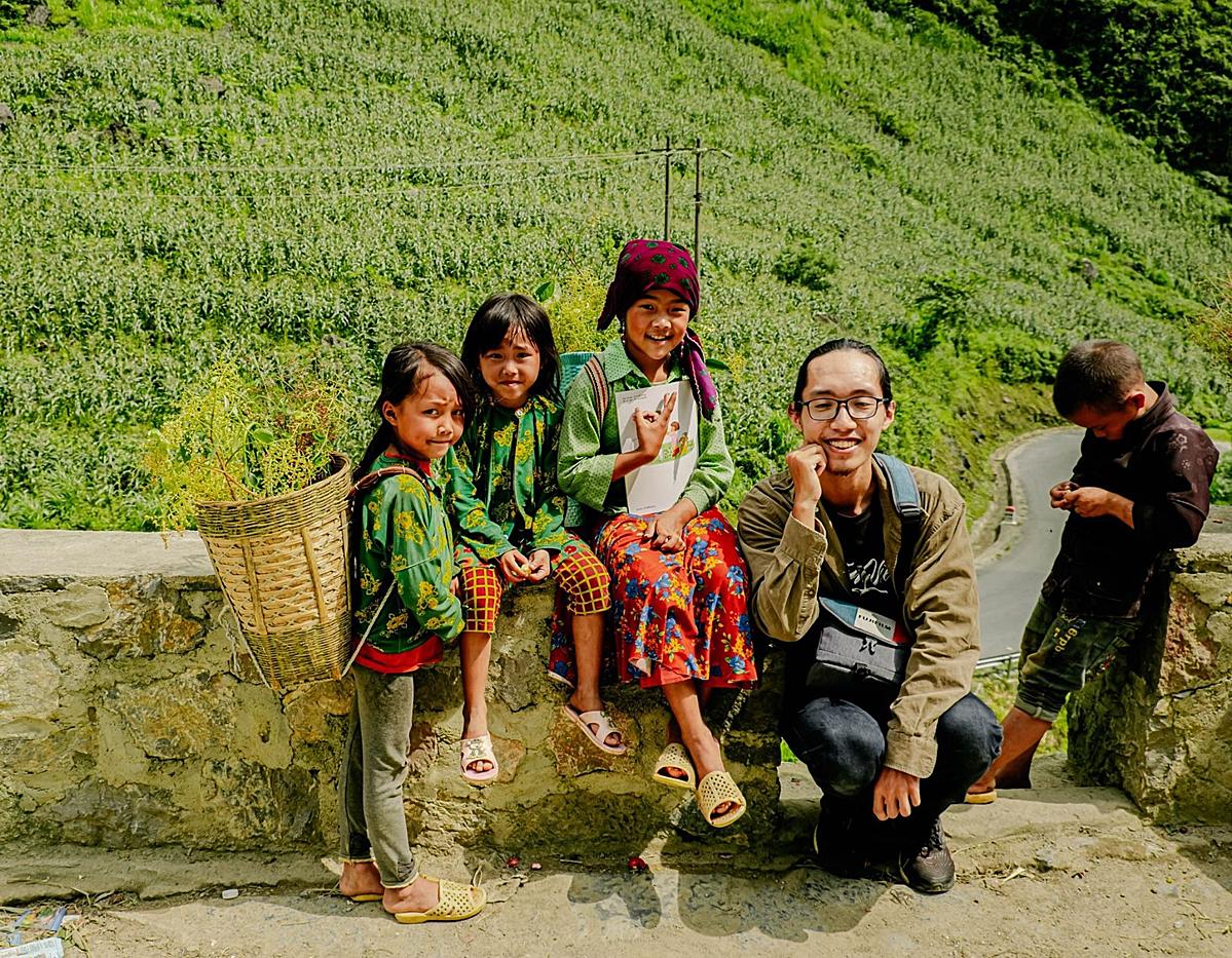 Hoàng và những em nhỏ bên dốc Thẩm Mã.