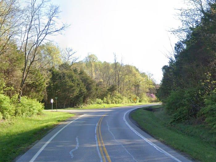 Dead Mans Curve (Khúc cua của người chết) là con đường nổi tiếng với những tin đồn huyền bí, nằm ở quận Clermont, bang Ohio. Một người đánh xe ngựa đã chết trong một vụ tai nạn vào những năm 1960. Nhiều người cho rằng, nếu đến con đường này vào rạng sáng, bạn có cơ hội gặp hồn ma của người đàn ông này.