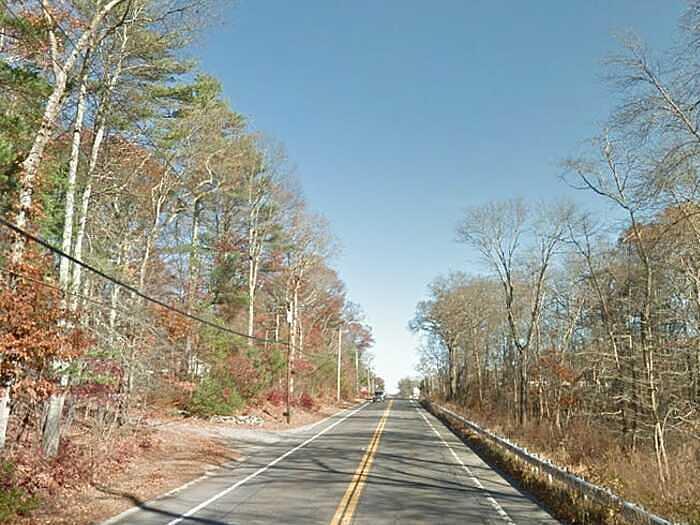 Những người lái xe trên đường 44 ở Rehoboth, bang Massachusetts, đã báo cáo về việc nhìn thấy một người đàn ông tóc đỏ, mặc áo sơ mi và quần jean mỉm cười một cách kỳ quái khi có những chiếc xe chạy qua. Câu chuyện về hồn ma Đường 44 từng xuất hiện trong cuốn The New England Ghost File (Hồ sơ ma ở New England) của Charles Turek Robinson.
