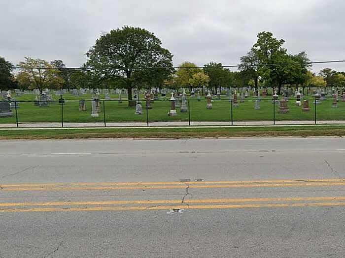 Đại lộ Archer ở thành phố Chicago, bang Illinois gắn liền với cái tên Mary hồi sinh từ những năm 1930. Câu chuyện kể về một người phụ nữ tên Mary, người đã rời khỏi buổi khiêu vũ sau khi cãi nhau với bạn trai. Cô gặp tai nạn trên con đường này. Năm 1976, cảnh sát nhận được cuộc gọi thông báo một phụ nữ đang nắm chặt cánh cổng của nghĩa trang ở trên đường Archer. Người gọi nghi ngờ người phụ nữ đã bị nhốt vì cánh cổng đã khóa. Khi cảnh sát đến nơi, họ chỉ tìm thấy một vết cháy xém trên cánh cổng nghĩa trang đã bị uốn cong, và không thấy người phụ nữ nào. Nhiều người tin rằng, đó chính là Mary.