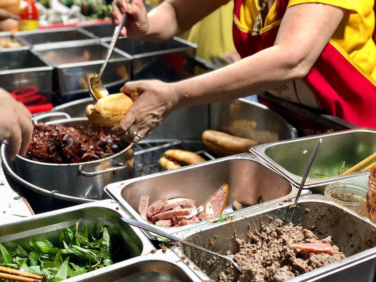 Nhân bánh mì gồm thịt xíu, bánh lọc, thịt nguội, trứng... Ảnh: Ngân Dương