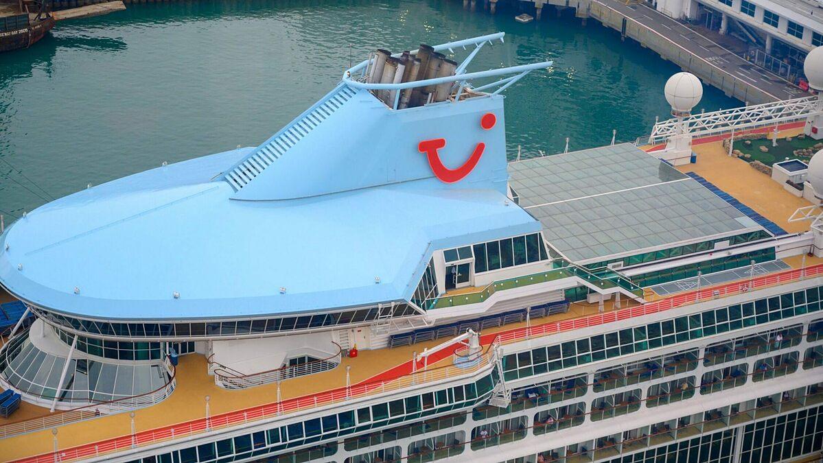 Một con tàu của TUI, hãng tàu biển có trụ sở tại Đức, đang đậu tại càng Singapore. Ảnh: iStock