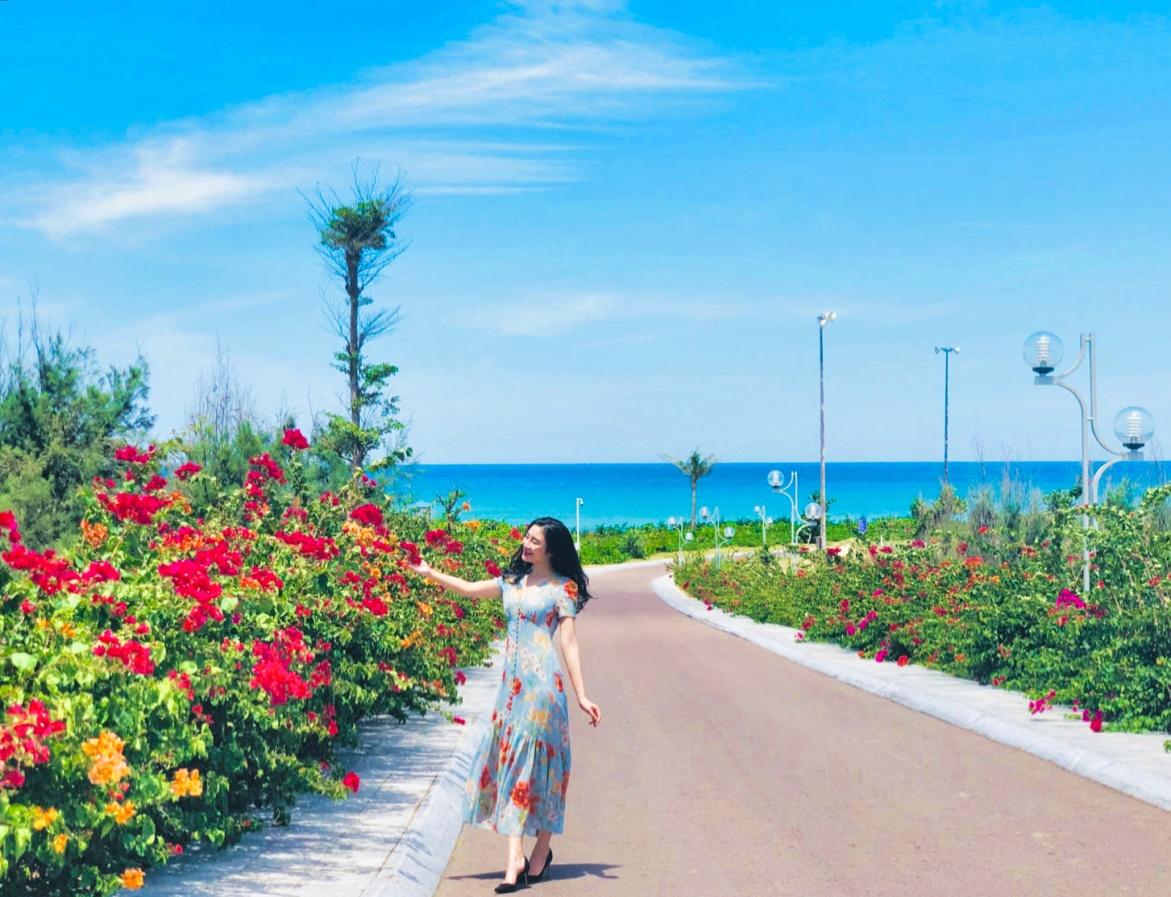 Dài khoảng 3km, con đường này uốn lượn ven biển Nhơn Lý, gần khu vực Eo Gió, đi qua những căn biệt thự trắng rộng mở của quần thể nghỉ dưỡng FLC Quy Nhơn (Ảnh: Thảo Phùng)