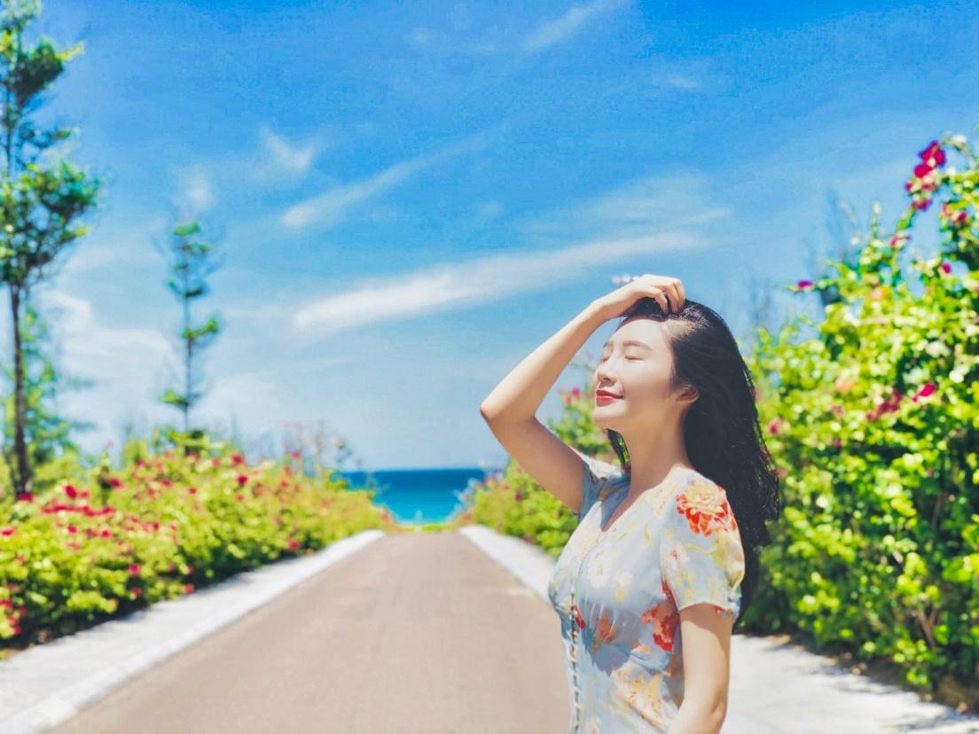 Ở gần cuối con đường, bạn sẽ thấy một vùng biển trời xanh biếc mở ra trước mắt, gợi nhắc đến khung cảnh lãng mạn tại những vùng biển của Santorini. (Ảnh: Thảo Phùng)