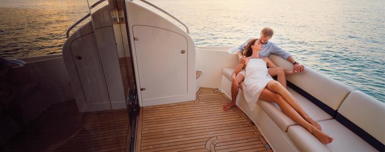 Du khách nghỉ dưỡng trên du thuyền của The Apus. Ảnh: The Apus.