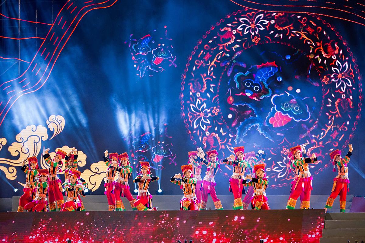 Chương trình với chủ đề Tinh hoa từ huyền thoại là một công trình nghệ thuật quy mô lớn diễn ra tại Mường Lò - vùng đất cổ được mệnh danh là thánh địa thờ phụng tổ tiên trong truyền thuyết của người Thái đen. Ảnh: Hồ Điệp