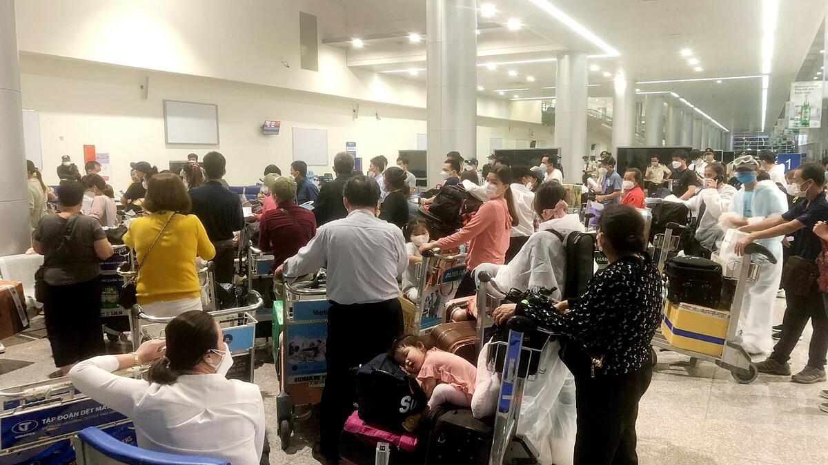 Do không thống nhất được giá lưu trú từ ban đầu, hành khách từ Hàn Quốc về TP HCM hôm 30/9 vừa qua đã ở sân bay Tân Sơn Nhất nhiều giờ. Ảnh: T. Điệp