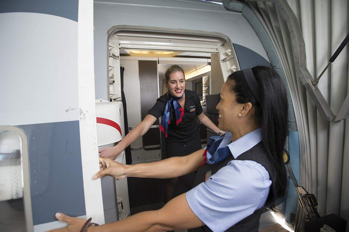 Đôi khi tiếp viên cũng phải bay 5 chuyến một ngày. Ảnh: AA