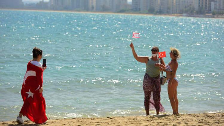 Du khách chụp ảnh trên bãi biển ở Varosha hôm 8/10. Ảnh: AP
