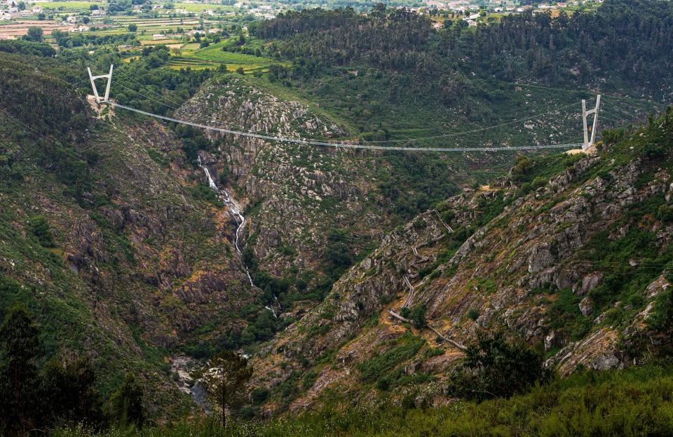 Cầu 516 Arouca chắc chắn không phải điểm đến của những người yếu tim vì nằm ở độ cao 175 m bắc qua hẻm núi và sông Paiva, cách thành phố Porto 60 km về phía đông nam.