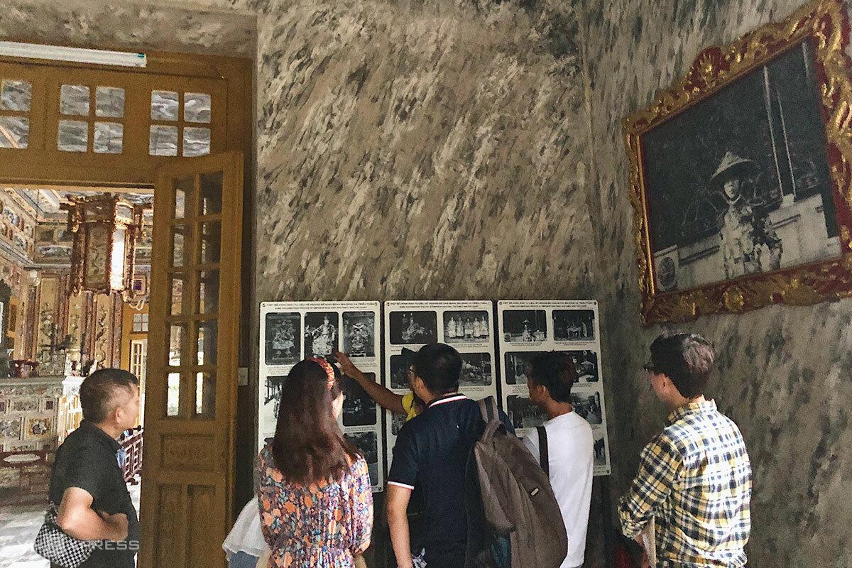 Du khách tham quan lăng vua Khải Định vào tháng 9/2020. Ảnh: Ngân Dương