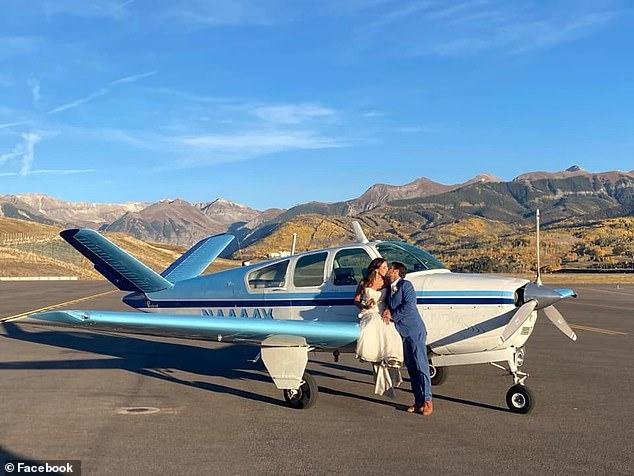 Hai vợ chồng chụp ảnh cưới bên chiếc máy bay mà họ lái khi đi trăng mật. Ảnh: Facebook