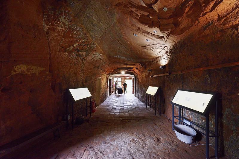 Lối đi giữa những ngôi nhà trong hang. Ảnh: Gary S. Crutchley/Flickr