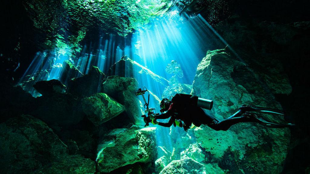 Ẩn dưới ao nước là một thế giới diệu kỳ của hang Angelita Cenote. Ảnh: The Beauty of Travel