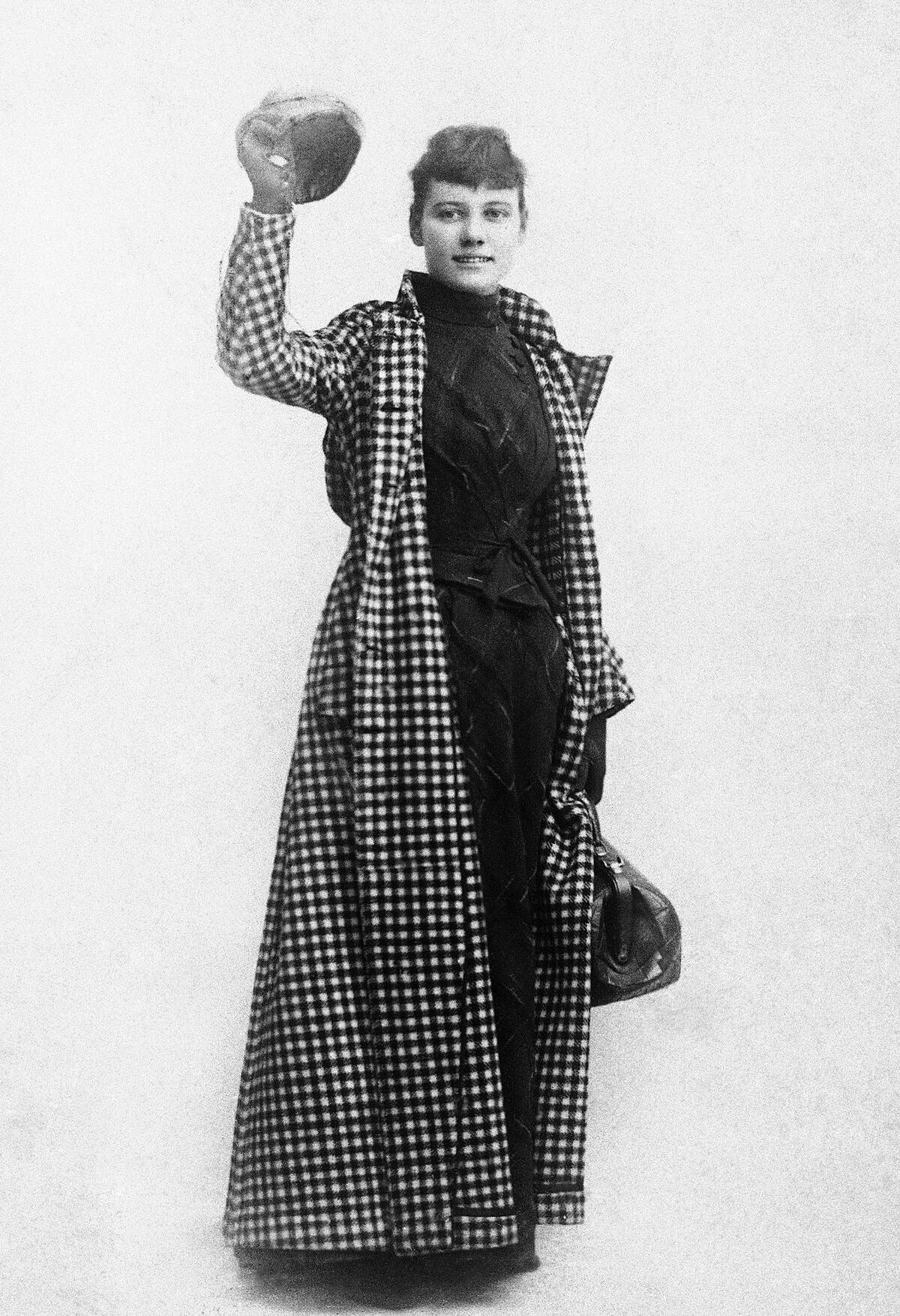 Nellie Bly cùng hành trang gọn nhẹ lên đường. Ảnh: AP